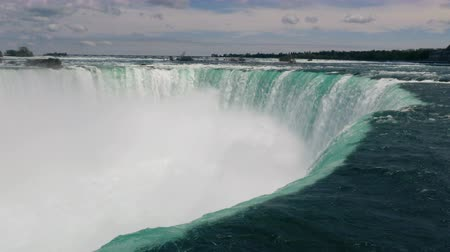fenomen : The waters drop point at Horseshoe Falls, Niagara. Close up.