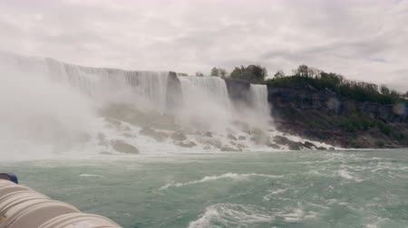 fenomen : Sailing by the American Falls in Niagara Falls, Ontario. Stok Video