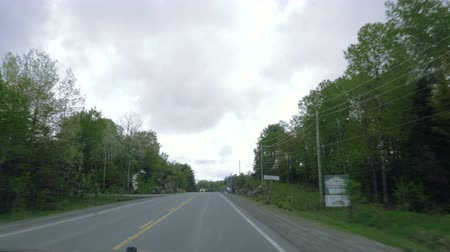 alcatrão : A vehicle shot of the a highway in southern Ontario.