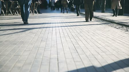 аккуратный : Pedestrians walking on tiled London Street. Ground level shot.