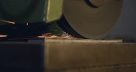 tření : An automatic grinding machines works on its own over a piece of metal. Extreme close up shot. Dostupné videozáznamy