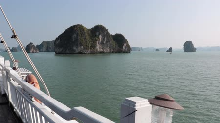 vietnã : Karst Islands from Ship Deck