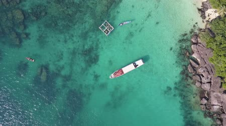 żaglówka : Yacht in the turquoise colored waters of the Gulf of Thailand. Overhead shot. Drone shot.