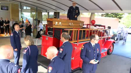 hasič : Shot of a funeral with fireman, fire brigade, fire engine as guard of honor