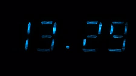 fósforo : Digital clock with fluorescent display shows the time of 13 hours 29 minutes to 13 hours 30 minutes in the blue on a black background Vídeos