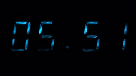 fósforo : Digital clock with fluorescent display shows the time of 05 minutes 40 seconds to 06 minutes 10 seconds in the blue on a black background