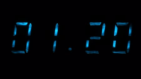 fósforo : Digital clock with fluorescent display shows the time of 01 minutes 09 seconds to 01 minutes 39 seconds in the blue on a black background
