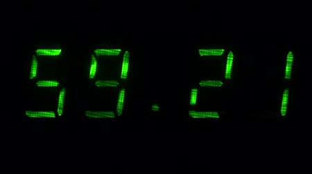 fósforo : Digital clock with fluorescent display shows the time of 59 minutes 10 seconds to 59 minutes 40 seconds in the green on a black background Vídeos
