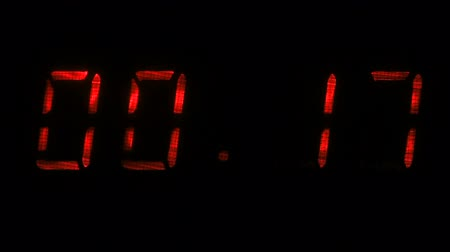 fósforo : Digital clock with fluorescent display shows the time of 59 minutes 40 seconds to 00 minutes 10 seconds in the green on a black background Vídeos