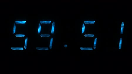 fósforo : Digital clock with fluorescent display shows the time of 59 minutes 40 seconds to 00 minutes 10 seconds in the blue on a black background Vídeos