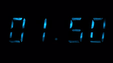 fósforo : Digital clock with fluorescent display shows the time of 01 minutes 39 seconds to 02 minutes 09 seconds in the blue on a black background Vídeos