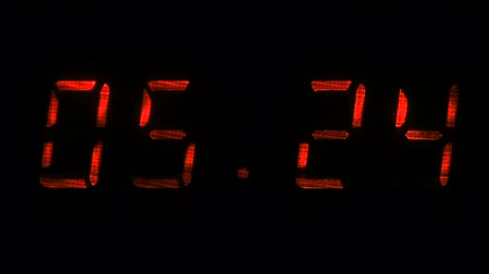 fósforo : Rapid adjustment of time on the digital clock display, red digits on a black background. Vídeos