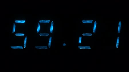 fósforo : Digital clock with fluorescent display shows the time of 59 minutes 10 seconds to 59 minutes 40 seconds in the blue on a black background