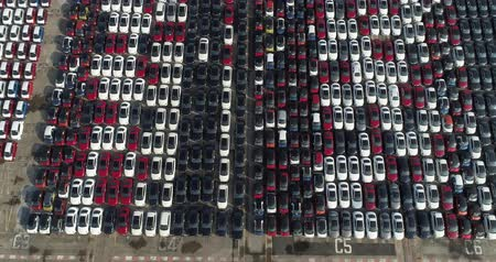korkunç : Aerial footage Many cars are in neat rows in the port