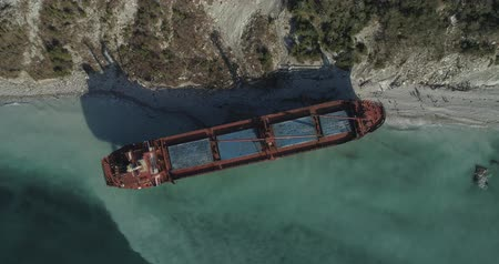surový : Aerial footage Ship thrown by storm top view