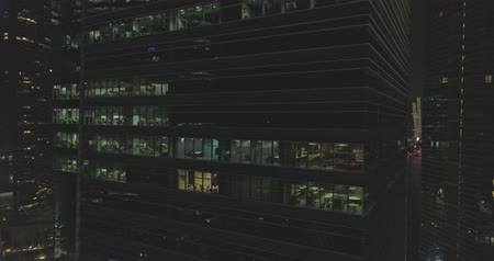 rokfor : Aerial footage Continuation of work at night in a skyscraper Stok Video