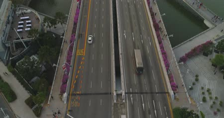 emaranhado : Aerial footage Tilt from the intersection to the panorama of Singapore Vídeos