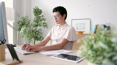 tabuleta digital : Video of young business woman working on desk in the office. Stock Footage