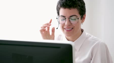 телемаркетинг : Portrait of a young business woman using a laptop computer.