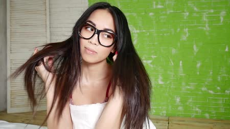 espetáculos : Young beautiful asian girl with long hair wearing eyeglasses. Stock Footage