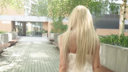 opalenizna : Beautiful sexy caucasian blonde woman posing in fashionable dress, outdoor shot. Wideo