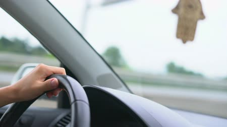 политика : Driver s hand on steering wheel against background of dashboard and windshield Стоковые видеозаписи