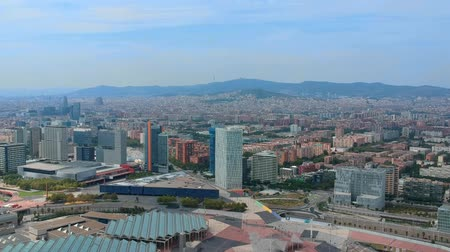 katalán : Panoramic aerial view of Barcelona. A drone flies over the houses of Barcelona.
