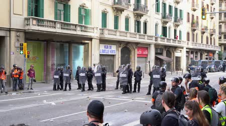 агрессивный : police cordon and TV reporters during the riots in Barcelona. Стоковые видеозаписи