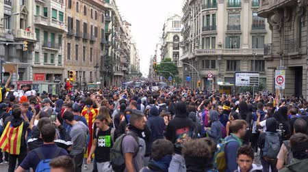katalán : chanting people against the background of a police cordon in Barcelona
