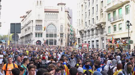 katalán : people on the street during mass protests and riots in Barcelona