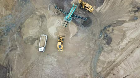 área de trabalho : Sand mining industry. Bulldozer machine. Crawler bulldozer moving at sand mine. Mining machinery working at sand quarry. Drone view of mining equipment at industrial sand quarry. Earth mover;