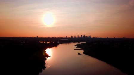 bola de fogo : Beautiful sunset to night transition over city of Warsaw downtown skyline. Over Vistula River. Drone flying up.;