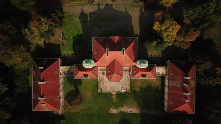 tajemnica : AERIAL zoom out of Castle. Flight over beautiful castle; located in landscape park with green trees forests in autumn. 4K Wideo