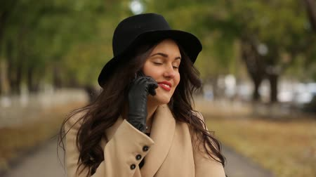 kufr : Happy girl talking on the phone, uses the phone