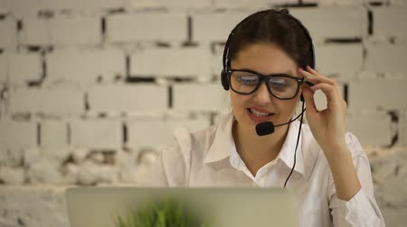 yardım hattı : positive girl working in the call center and carefully explained