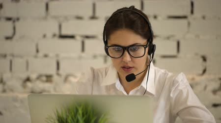 temsilci : positive girl working in the call center and tired Stok Video