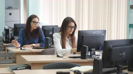 forródrót : Women working in a call center with customers