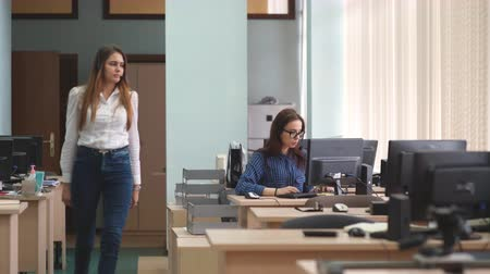 merkez : Woman opetor call center go to the workplace