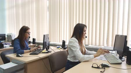 телемаркетинг : Customer service team woman call center smiling operator phone Стоковые видеозаписи