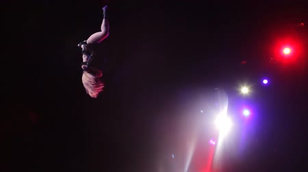 цирк : Girl performs dangerous stunt in the circus