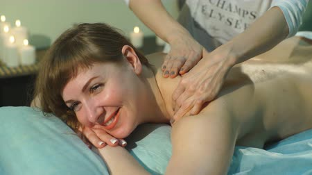 terapeuta : a woman doing therapeutic massage Stock Footage