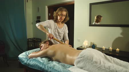 массаж : woman getting a back massage with oil