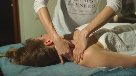 lefekvés : a woman doing a shoulder massage