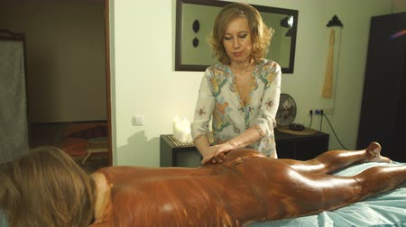 expressão facial : a woman doing a clay mask for body
