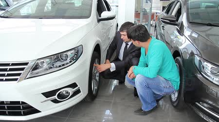 samochód : a guy selling the car at car sales center (NTSC)