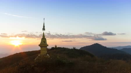 genuíno : Beautiful Sunrise on Doi Lang Ka Noi at 1,800 metres. Golden Pagoda on the hill at Khun Chae National Park is a national park in Chiang Rai Province, Thailand.
