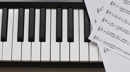 мелодия : Piano keyboard and notes