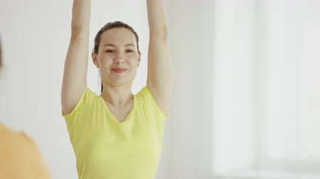 curar : young women are practicing yoga indoors Stock Footage
