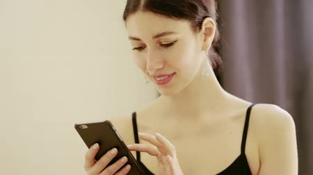 balerína : beautiful girl wearing ballet leotard with cellphone