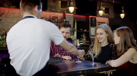 na zdraví : waiter serving a company of young people in the bar Dostupné videozáznamy